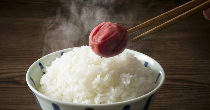 熱々の白米と梅干しの写真
